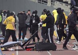 Los seguidores del AEK invadieron el campo tras un gol del Panthrakikos.