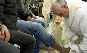 El papa Francisco lava los pies a presos musulmanes