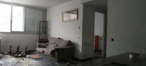Uno de los pisos sociales ocupados en Sant Martí que han aparecido destrozados.