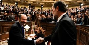 El presidente del Gobierno, Mariano Rajoy, y el líder socialista, Alfredo Pérez Rubalcaba, se saludan en el Congreso.