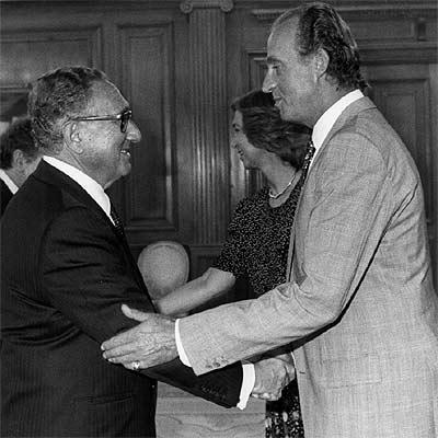 Juan Carlos I saluda a Henry Kissinger.