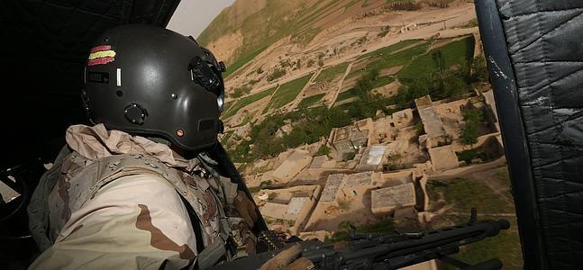 Un soldado sobrevuela en un Cougar la provincia de Badghis.