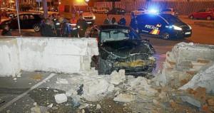 El coche quedó destrozado después de estrellarse contra el muro.