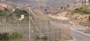 Valla fronteriza que separa Melilla (derecha) de Marruecos (izquierda).