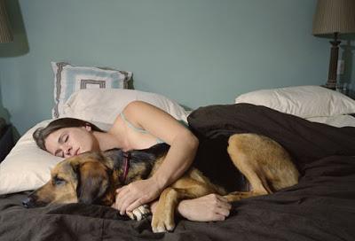 Brittany Angélique Sonnier con uno de sus perros