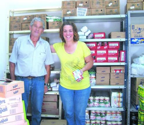 Ana María junto con voluntarios del Banco de Alimentos tras recibir una de las donaciones.