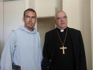 Cattenoz, el arzobispo de Avignon, junto al sacerdote agredido.
