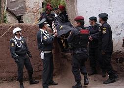 Policías peruanos trasladando el cuerpo del ciudadano chileno Gustavo Castillo Gaete.