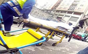Los sanitarios se llevan en una camilla a la joven agredida, que quedó ingresada en el hospital.
