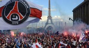 Seguidores del PSG celebran el título de Liga con bengalas.