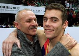 Carballo abraza a su hijo, actual presidente de la Federación Española de Gimnasia.