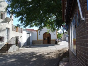 A la izquierda, el Ayuntamiento granadino de Cortez de Baza