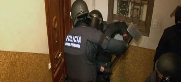 Los Mossos entran en un edificio okupado por ladrones Los Mossos entrando por la fuerza en uno de los pisos okupados por ladrones en Poble Sec.