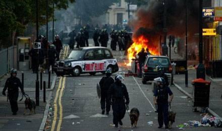 Disturbios en un barrio londinense habitado por inmigrantes de origen extraeuropeo.