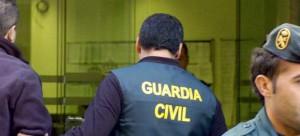 Imagen de archivo de un agente de la guardia civil durante una detención.