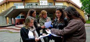 Un grupo de madres, que iniciaron una recogida de firmas para pedir tareas extraescolares, en la entrada del Parga Pondal.