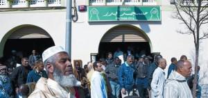 En la imagen, musulmanes saliendo de una mezquita de Tarrasa.