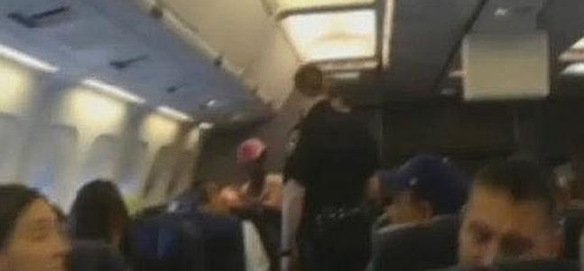 Momento en que la pasajera es expulsada del vuelo.