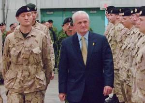 El ministro canadiense de Defensa, Gordon O'Connor, pasa revista a las tropas