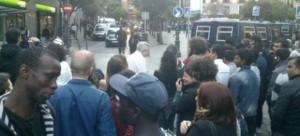La Policía rodea la plaza de Lavapiés, en una redada con protesta de los vecinos.