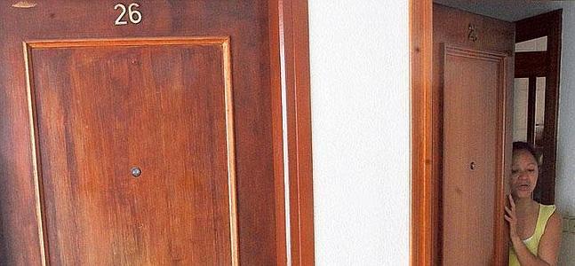 La puerta 26, donde vive la madre que abandonó a su dos hijos, y una vecina del rellano.