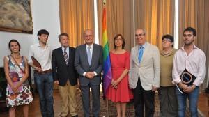 El alcalde de Málaga, Francisco de la Torre (cuarto por la izquierda), posa junto a una bandera del movimiento gay.