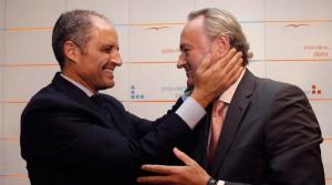 Alberto Fabra (d) junto a su predecesor al frente del Gobierno de Valencia, Francisco Camps.