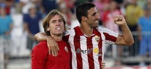 Los jugadores del Almería Corona (i) y Pellerano celebran la victoria ante la UD Las Palmas.
