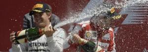 Alonso(d), en el podio de Sivlerstone.