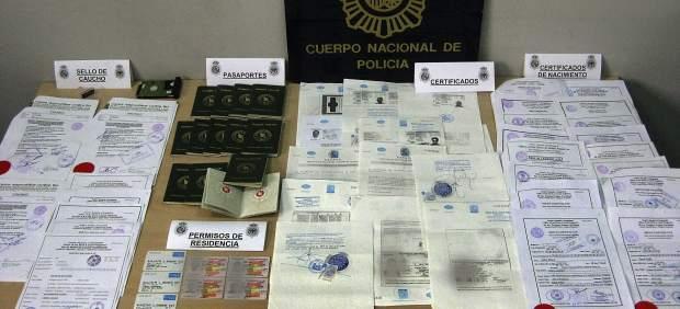 La Policía Nacional ha detenido en Zaragoza y Barcelona a diez personas de una organización que se dedicaba a obtener permisos de residencia en España para ciudadanos de Bangladesh que se hacían pasar por hijos de compatriotas que tenían la nacionalidad española o británica.