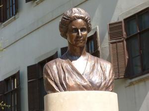 Busto de Cécile Tormay junto a su casa natal
