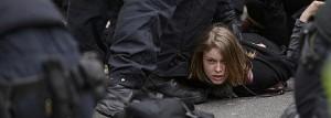 Una de las personas detenidas durante las protestas.