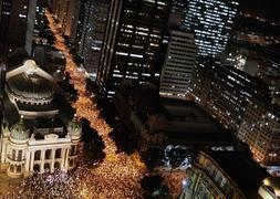 Miles de manifestantes salen a las calles en todo Brasil.