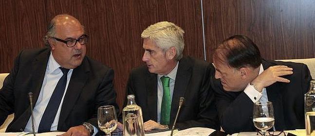 El presidente de la Liga de Fútbol Profesional, Javier Tebas (d), el vicepresidente, Clemente Villaverde (2d) y el secretario general, Carlos del Campo (2i). / Miguel Ángel Molina