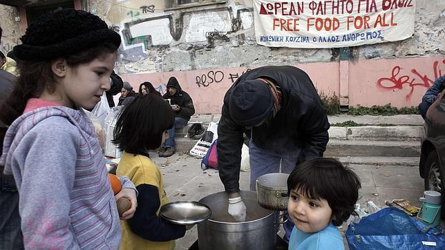 La hambruna alcanza ya a los niños griegos.