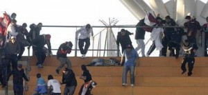 El caos se apoderó de las gradas durante el partido del Lanús y el Estudiantes.