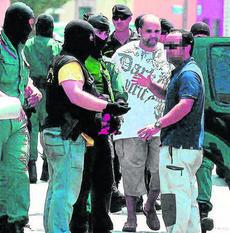 Agentes de la Guardia Civil durante la detención del presunto terrorista en La Línea, el 17 de agosto de 2011.
