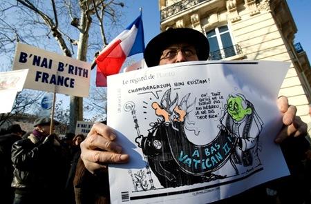 Miembros de la organización masónica judía B´nai B´rith atacan a la Iglesia católica en las calles de París