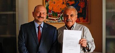 Mojtaba Karimi muestra la sentencia, acompañado de su abogado, Francisco Galán Palmero .