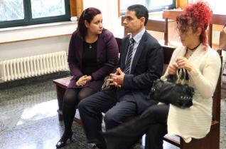 Los tres acusados por la presunta denuncia falsa, en el banquillo, antes del comienzo del juicio en el Penal Dos de Orense