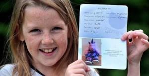 Emily Harris junto al pasaporte de su peluche