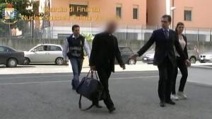 Monseñor Nunzio Scarano, escoltado por la Policía