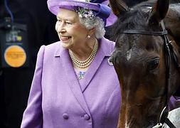 Isabel II (a la izquierda) posa con Estimate, la yegua ganadora.
