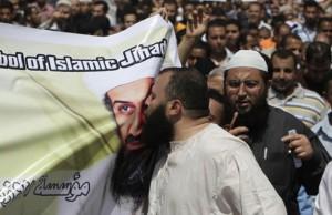 Islamistas sirios besan la imagen de Bin Laden
