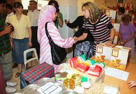 Una musulmana recibe comida en un dispensario de Caritas
