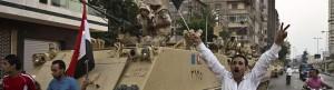 Ciudadanos egipcios celebran el despliegue militar.