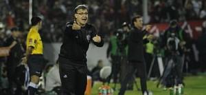 Martino da instrucciones a los jugadores de Newell's durante un partido de la Libertadores.
