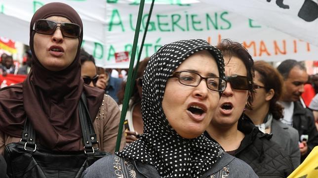 Musulmanas a la cabeza de una manifestación de la CGT, sindicato mayoritariamente comunista