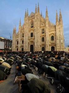 En una demostración de fuerza, cientos de musulmanes rezan junto a la emblemática catedral de Milán