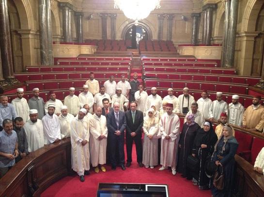 Una imagen que bien podría describir el futuro que espera a Cataluña: Un grupo de musulmanes 'catalanes' visita el Parlament acompañados por Àngel Colom